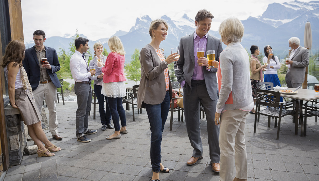 Friends-with-drinks-mountains_1232x700